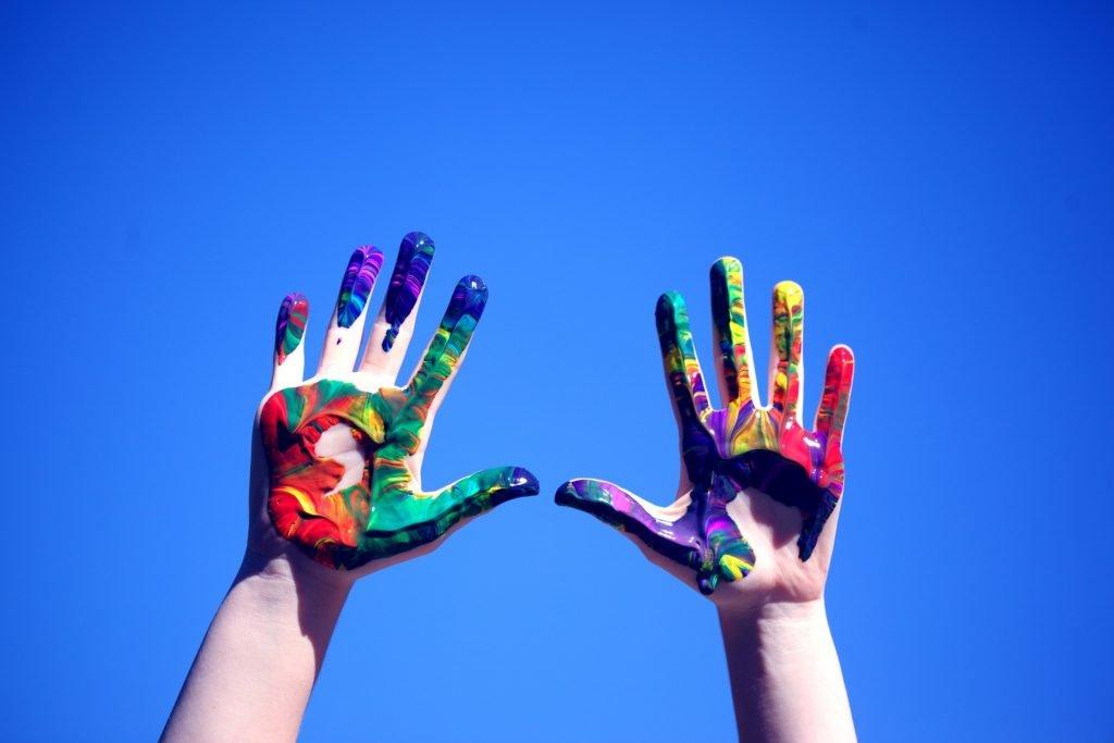 GBS-De-Regenboog-gekleurde-handen